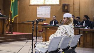 Habib Bahar Bin Smith ketika menjalani sidang perdana. Foto: Antara Foto