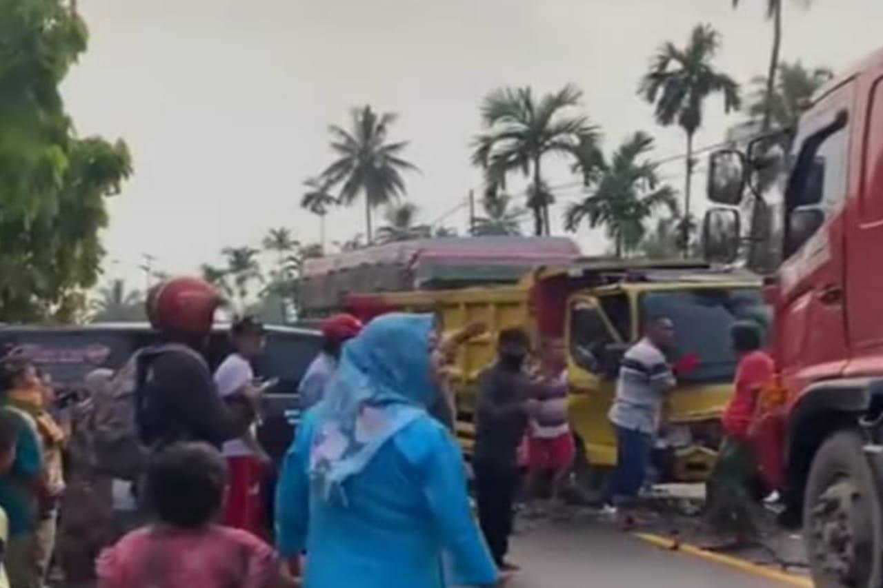 Kecelakaan Maut Travel Padang VS Truck di Kayutanam ,Tidak Ada Korban Jiwa Dari Kejadian Tersebut