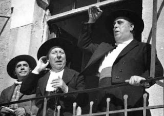 En el balcón del Ayuntamiento, los actores Pepe Isbert y Manolo Morán vestidos con sombrero y traje andaluz.