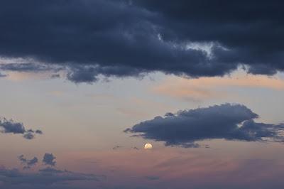 E' l'alba ! tramonta la luna