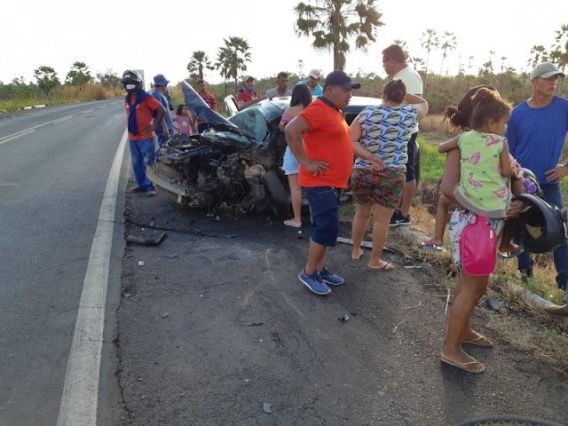 Grave acidente deixa carro completamente destruído na BR 343, em Campo Maior