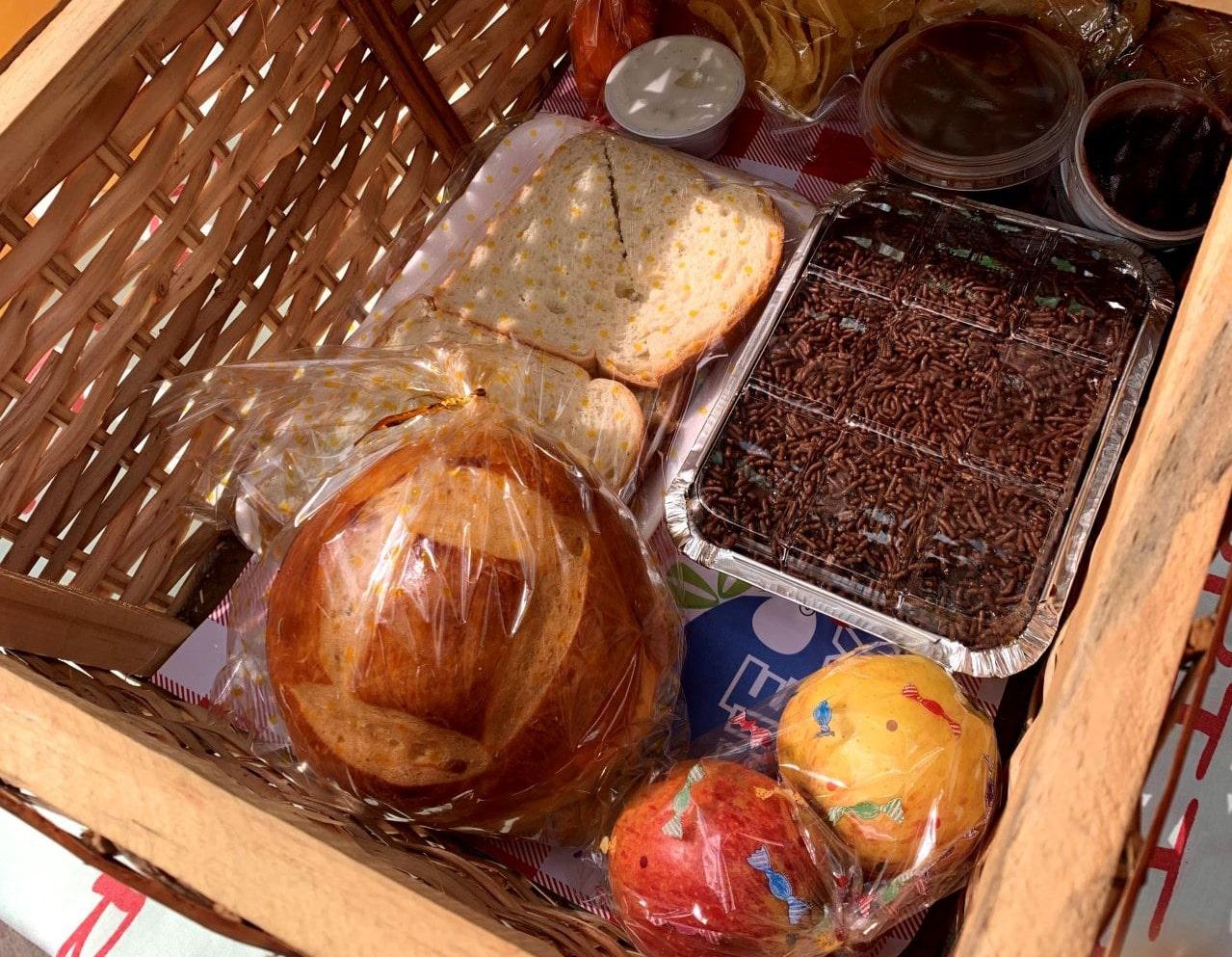 alimentos dentro de uma cesta de vime