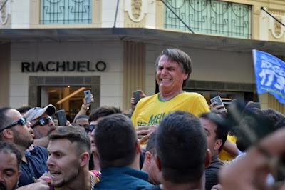 Bolsonaro no momento da facada