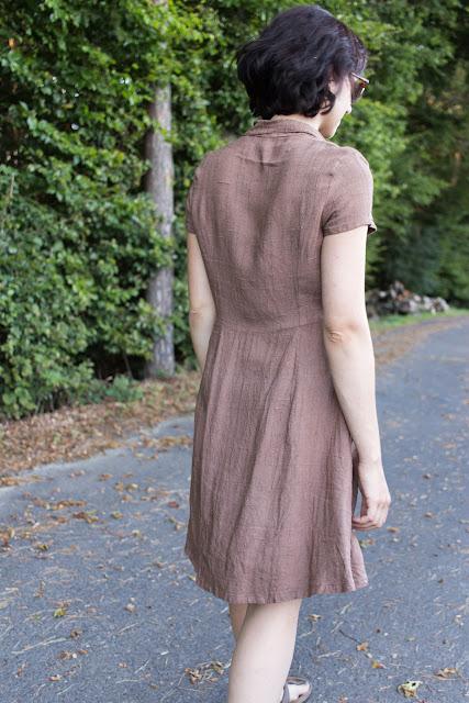 DIY Hemdblusenkleid Dolores von Milchmonster - Leinenkleid selber nähen - Rückseite Details