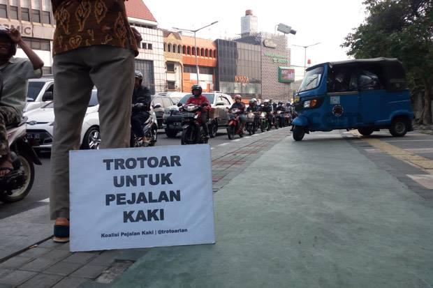 Parkir di Trotoar, Sudinhub Jakpus Pindahkan Mobil Pengurus PSI