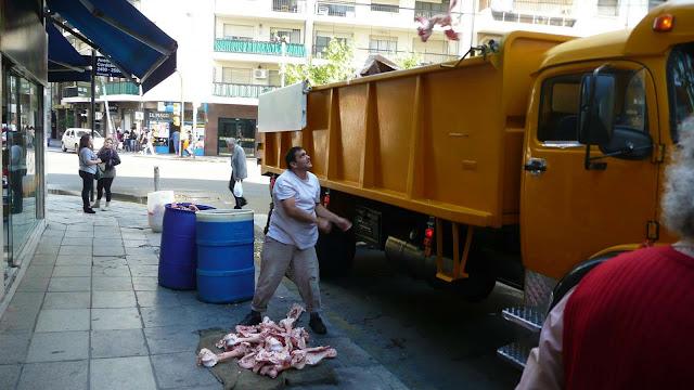 Hombre cargando huesos en camión