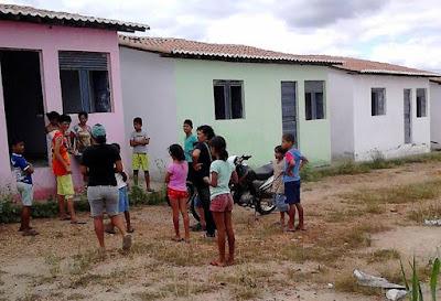 Famílias sem-teto invadem casas populares inacabadas em Ouro Velho