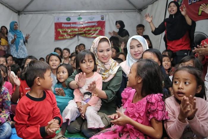 Lakukan Trauma Healing, Ibu Yustin Ridho Ficardo Obati Kegelisahan Anak Anak Pengungsi Tsunami di Kalianda