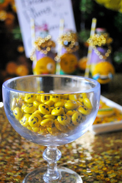 Mardi Gras emojinal snacks. Pop over to www.fizzyparty.com for more snack ideas.