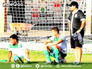 Oscar Ribera y Alan Mercado observan la práctica de Oriente Petrolero a un costado de la cancha, ambos jugadores salieron lesionados - DaleOoo