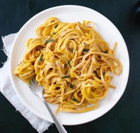 Creamy (vegan!) Butternut Squash Linguine with Fried Sage #vegetarian #winterrecipes