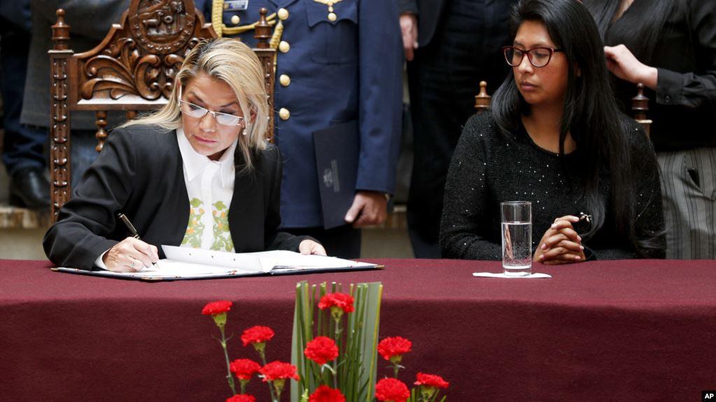 La presidente interina de Bolivia Jeanine Añez, firma la ley de régimen excepcional y transitorio que establece las normas para la convocatoria a nuevas elecciones con nuevo TSE, nuevas alianzas y candidatos, que no incluyen a Evo Morales / AP