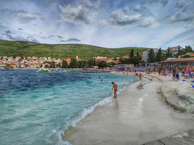 plaża w Selcach, widok na nabrzeże, urocze miasteczka w Chorwacji