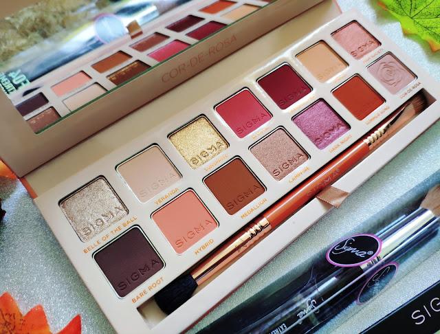 Paleta cieni do powiek Sigma Beauty Cor-De-Rosa oraz pędzel do konturowania i kredka do makijażu brwi