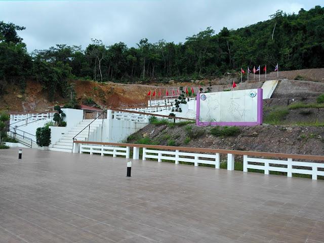 เป็นที่แคบสุดในประเทศไทย มีความกว้างเพียง 450 เมตร