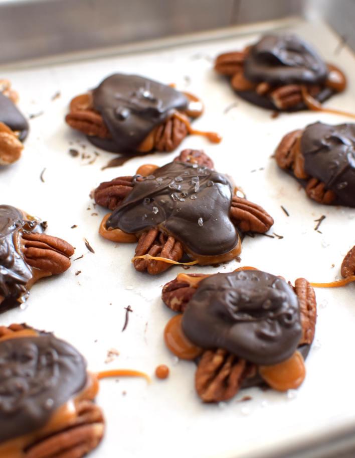 Tortugas de chocolate y nueces en una bandeja