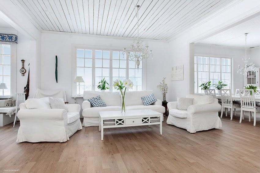 Fotele w niebieską kratę w skandynawskiej aranżacji, wystrój wnętrz, wnętrza, urządzanie domu, dekoracje wnętrz, aranżacja wnętrz, inspiracje wnętrz,interior design , dom i wnętrze, aranżacja mieszkania, modne wnętrza, styl skandynawski, białe wnętrze, shabby chic, salon