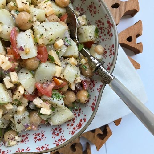 Pellkartoffel-Salat mit Kichererbsen, Käse und Tomate
