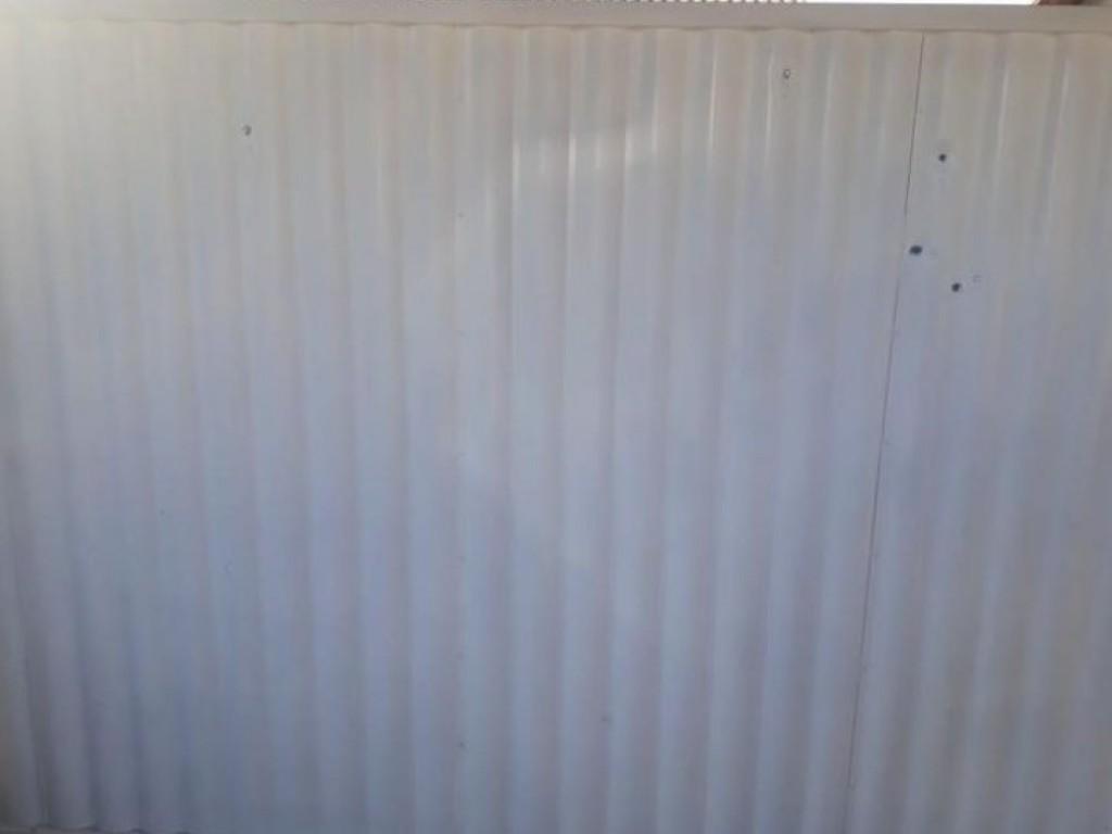Portão de residência é atingido por tiros durante a madrugada