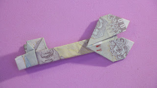 Hướng dẫn cách gấp chìa khóa trái tim bằng tiền giấy