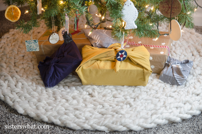 how to knit a Christmas tree skirt