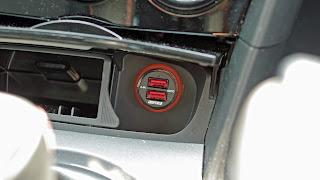 USB カーチャージャがあれば充電切れを心配する必要もありません