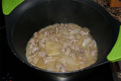 Receta de tartaletas de pan de molde rellenas de cerdo guisado paso 3