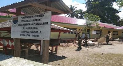 Prajurit TNI Renovasi Sekolah Di Seram Barat