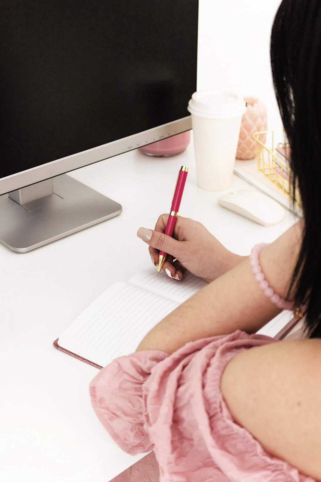 donna che scrive una lista