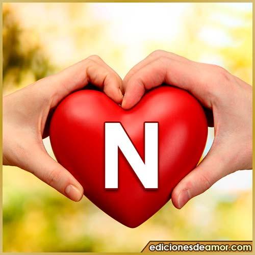 corazón entre manos con letra N