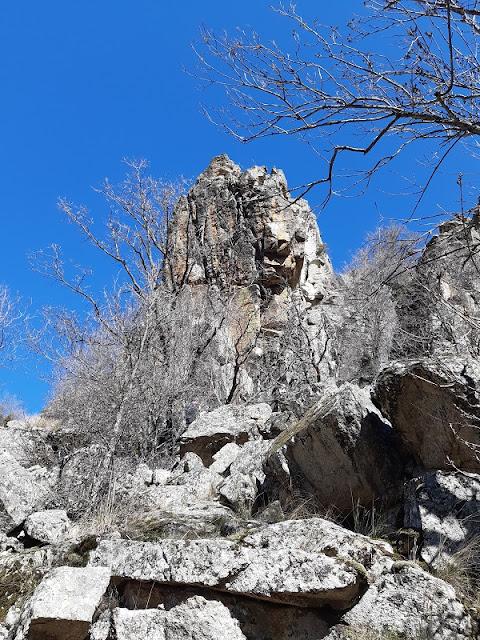 Muralla de piedras junto a las Cascadas del Purgatorio
