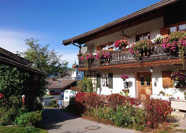 Schwaige aus dem letzten Jahrhundert mit Fenster Blumenkästen und Holztür  in Wamberg