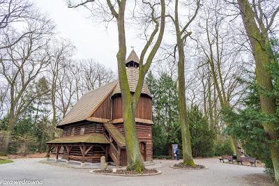 Park Szczytnicki: kościół św. Jana Nepomucena, obecnie tzw. Otwarta Przestrzeń Kultury; przed budynkiem widoczny śląski krzyż pokutny