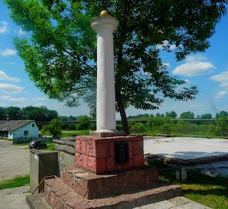 Галич. Памятник-колонна у пешеходного моста