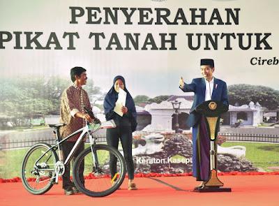 Presiden Jokowi Serahkan 3.000 Sertifikat Hak Atas Tanah di Cirebon - Info Presiden Jokowi Dan Pemerintah