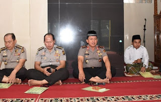 Kapolda Jambi Hadiri Kegiatan Rutin Binrohtal Bersama Personil Polda Jambi, Yang Dilaksanakan Di Masjid Al-Ikhlas