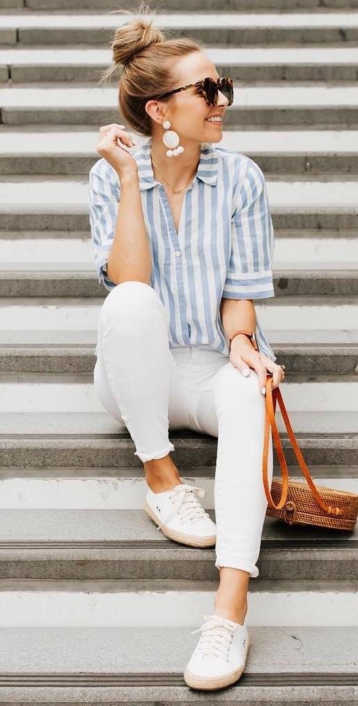 what to wear this summer : white pants + striped shirt + sneakers + round bag
