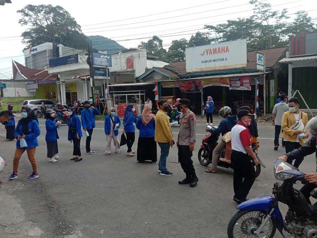 Mahasiswa KKN UMP Desa Belik Berbagi Masker