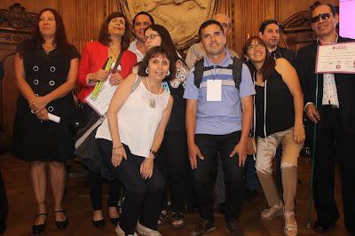 mas relajados los alumnos juntos a la vicedirectora Claudia Emanuelli y la profesora de marroquinería Angélica vilca
