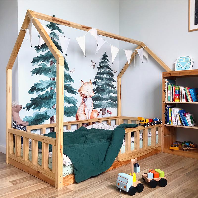 łóżko montessori, montessori, mieszkanie m2, pokoj dzieciecy, łóżko domek, łóżko domek DIY, mały pokój montessori, naklejki na ścianę, yoko design,