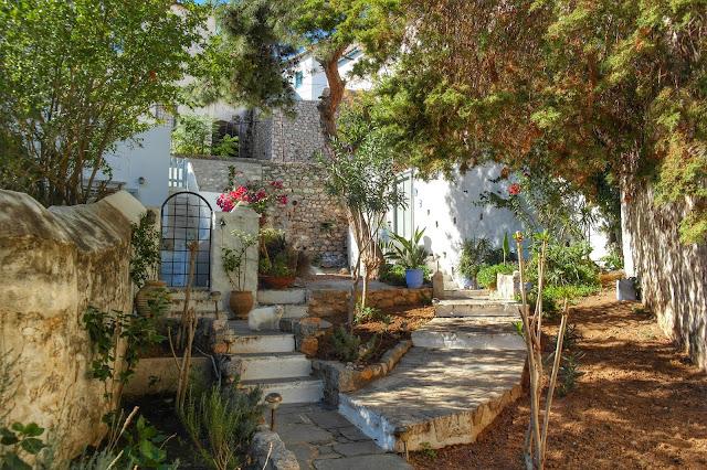 Casa cercada de árvores em Hydra, Grécia