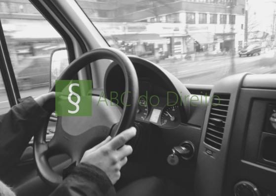 Um motorista conduzido uma van com as duas mãos no volante