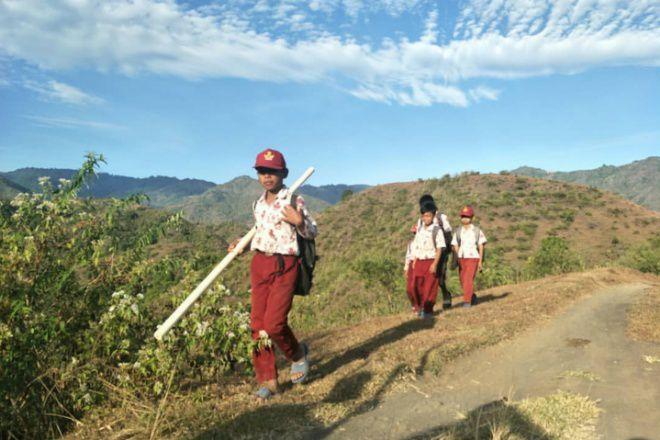 Siswa SD di Bone Jalan Kaki 14 Km ke Sekolah, Nurdin Abdullah Angkat Bicara