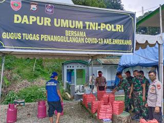 Melalui Dapur Umum Penanggulangan Covid-19, Binmas Polres Enrekang Bangun Kerjasama Dengan TNI