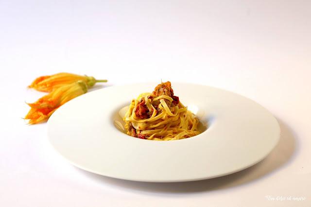 Zarte Pasta für noch zartere Blüten: Trenette allo Zafferano con fiori di zucca, pomodori secchi e fior di latte