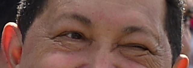 Hugo Chavez en primerísimo primer plano de sus ojos