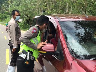 Personil Polsek Alla Jaga Pos Pelayanan Dan Penyekatan Larangan Mudik Lebaran 2021 Di Desa Pana Perbatasan Enrekang-Toraja