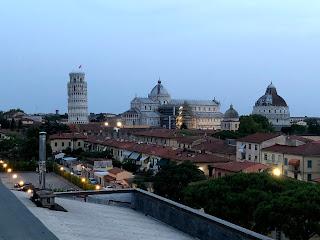 遠くから見るピサの斜塔と洗礼堂