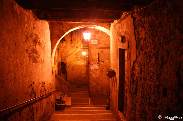 Lo splendido centro storico di Pitigliano alle luci della sera