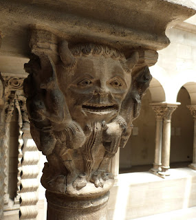 ROMÁNICO EN NUEVA YORK. THE CLOISTERS MET. Claustro de Saint Guilhem Le Desert. Capitel Boca del infierno 1